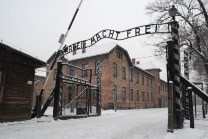 """Campo di concentramento Auschwitz-Birkenau. All'ingresso un messaggio accoglieva i prigionieri: """"Arbeit Macht Frei""""   """"Il lavoro rende liberi"""""""